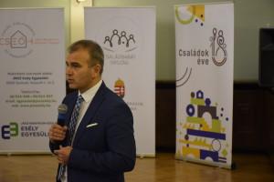 Molnár Lajos Milán ügyvezető az Agóra családbarát intézkedéseit mutatja be
